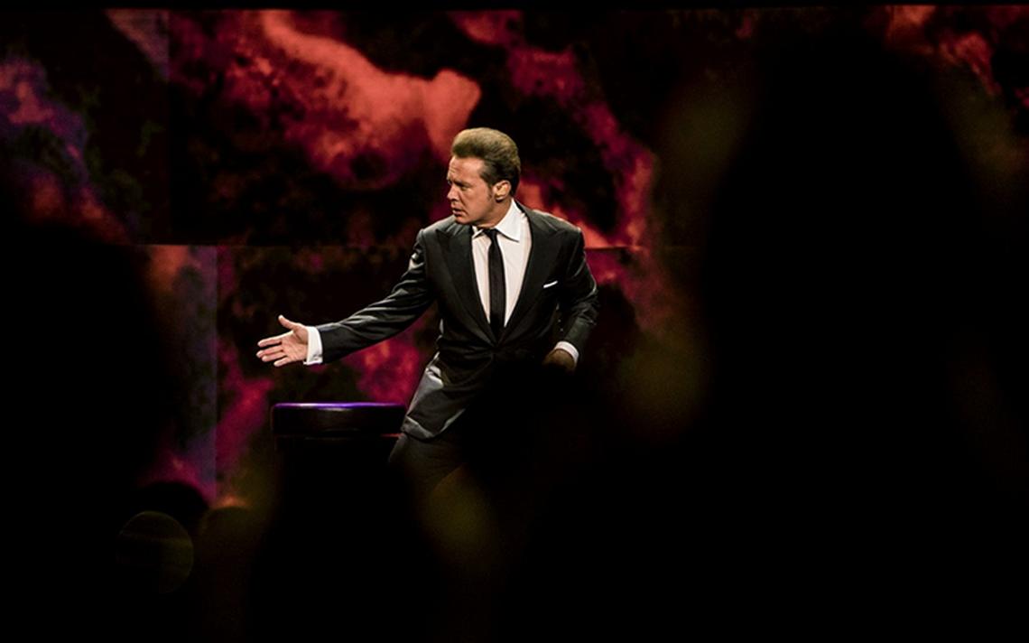 """Luis Miguel """"tropieza"""" y se recupera en su regreso a Las Vegas"""
