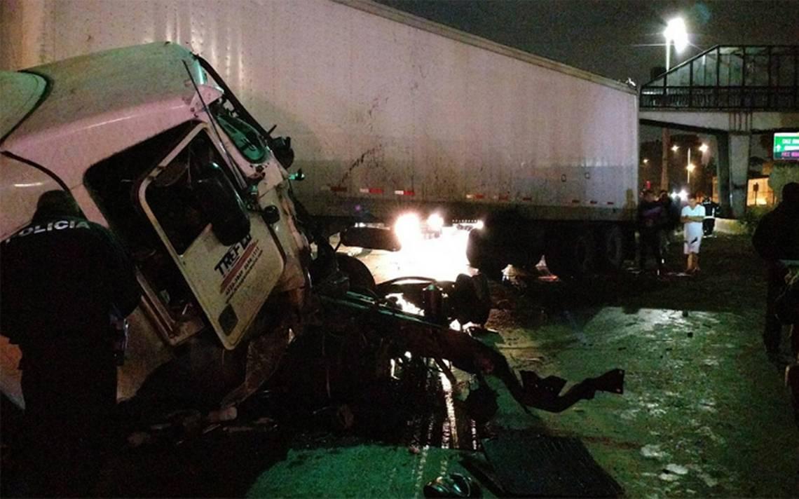 Tráiler choca y causa severos daños en Circuito Interior