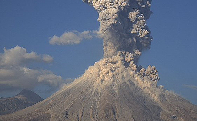 Reportan fuerte explosión en Volcán de Colima; cae ceniza en Jalisco