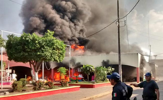 """Se incendia Mercado """"Vicente Guerrero"""" en Loma Bonita"""