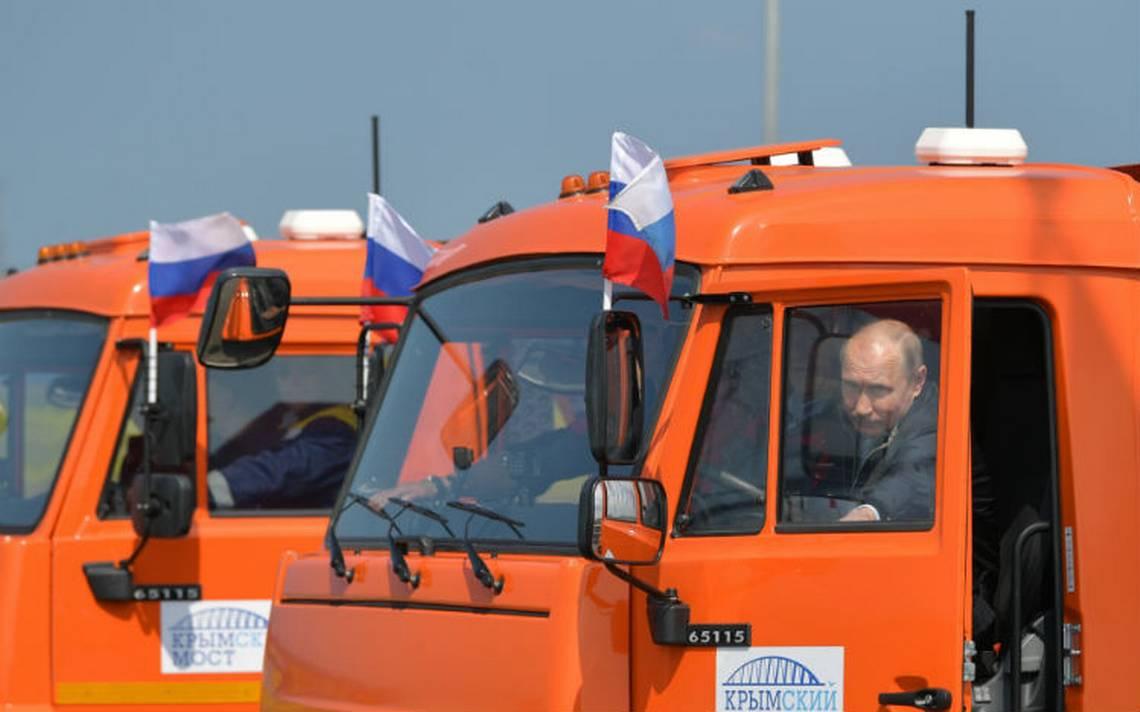 Al volante de un camión, Putin inaugura un puente que une Rusia a Crimea