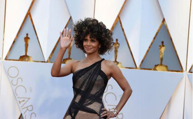 Halle Berry hace striptease después del Oscar