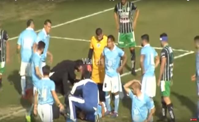 Un árbitro salva la vida a un jugador en la cancha de futbol