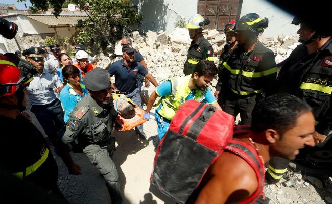 Después de 14 horas bajo escombros, rescatan a niños tras sismo en isla italiana