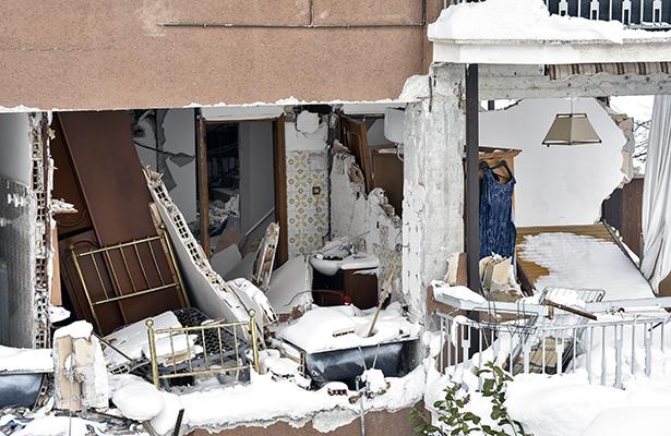 Bomberos rescatan a 8 personas con vida en hotel sepultado por alud en Italia