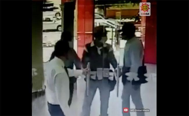 [Video] Empleado frustra asalto ¡cerrando la puerta del banco!