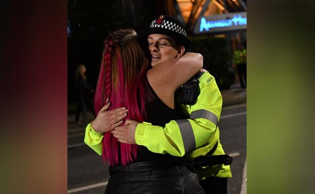 Policía baila con jóvenes en concierto benéfico de Manchester