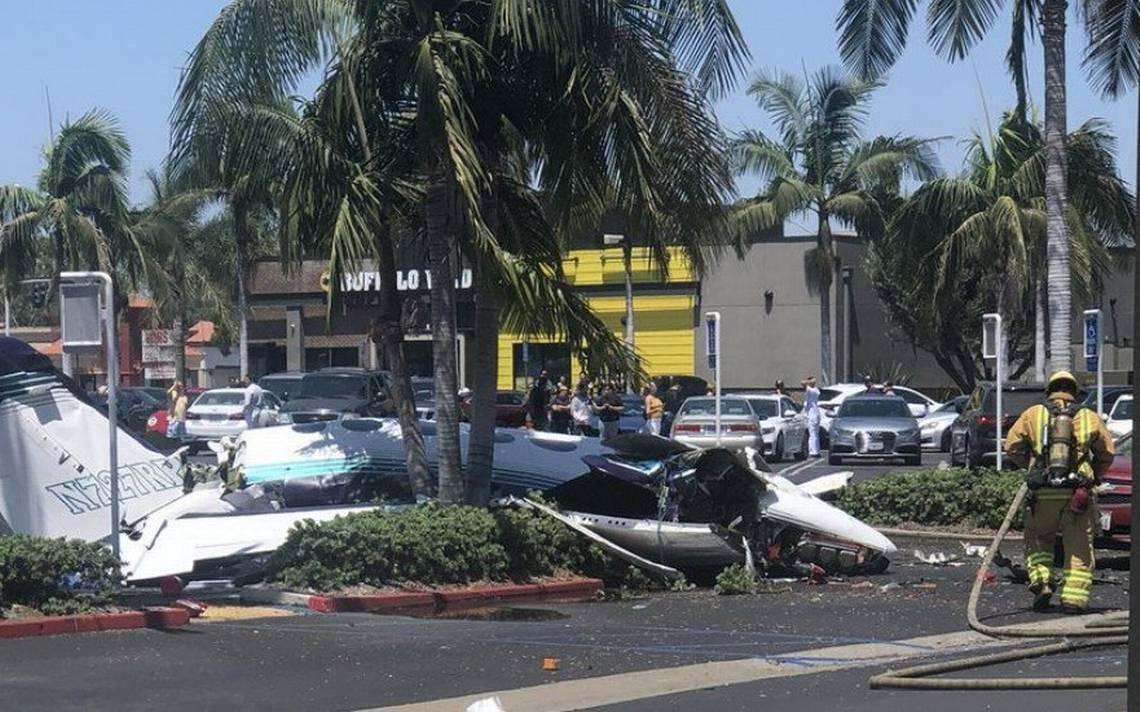 Avioneta se desploma cerca de centro comercial en California; hay cinco muertos
