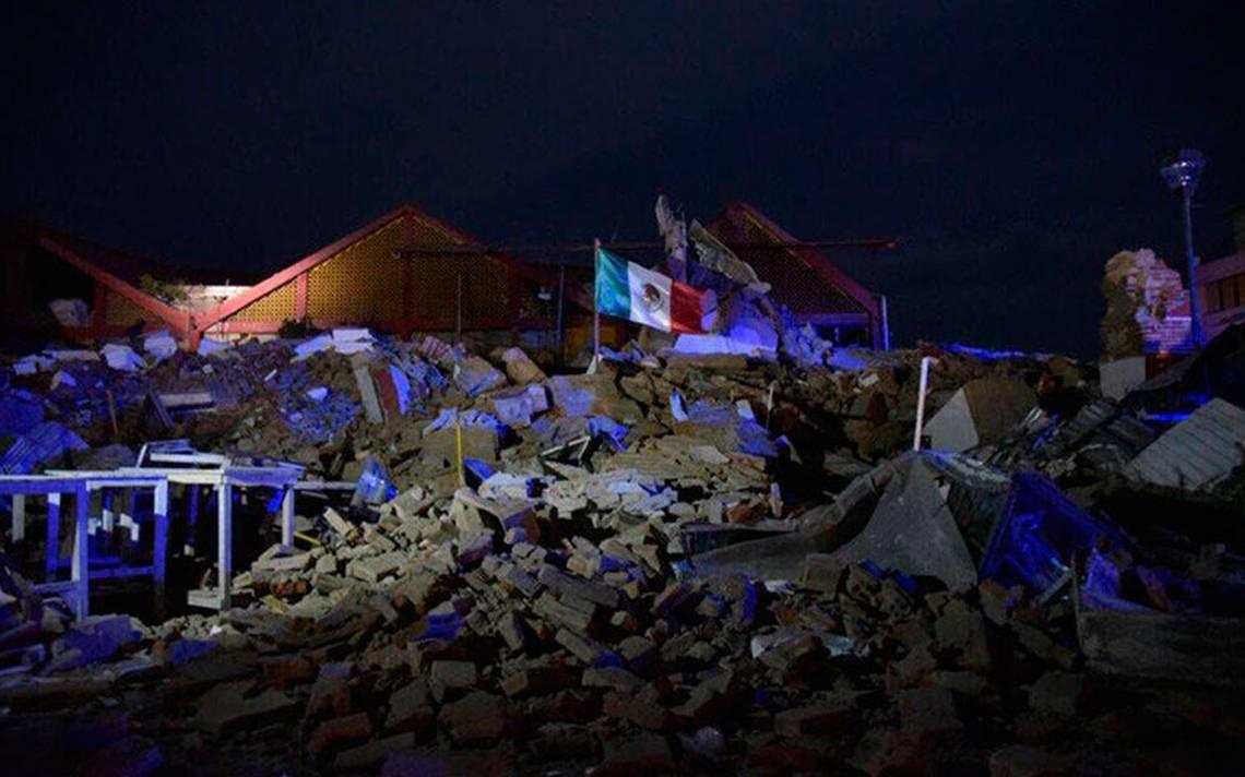 Imagen de bandera sobre ruinas en Juchitán da fortaleza a mexicanos tras temblor