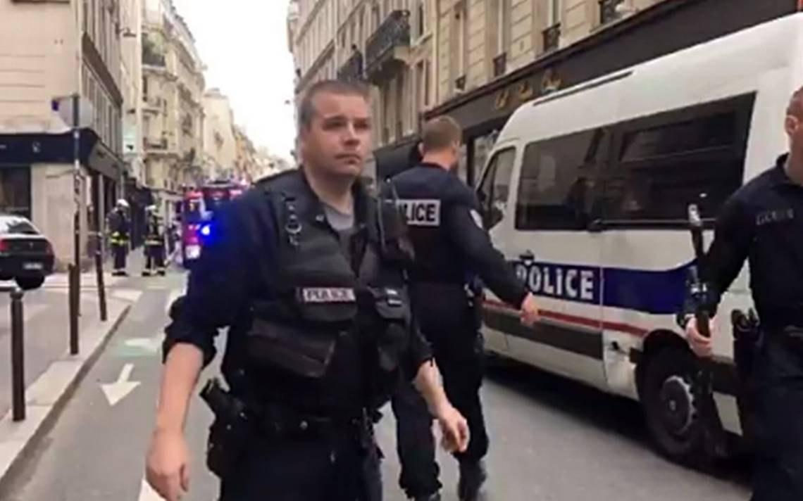 Sujeto armado toma rehenes en París; amenaza con tener una bomba