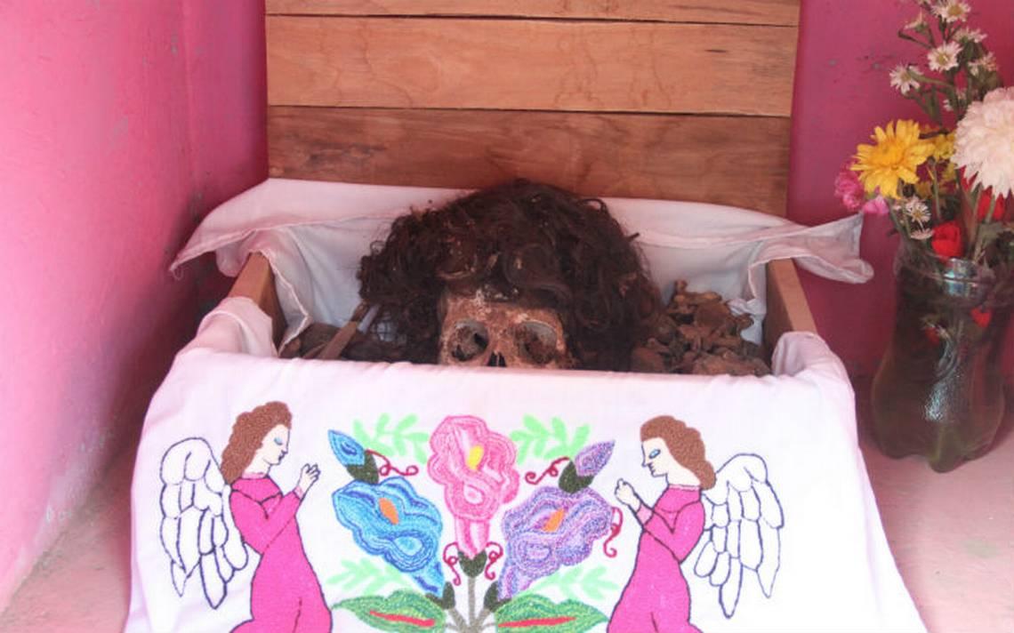 Sacar cuerpos de la tumba para convivir con ellos, así es Día de Muertos en Pomuch