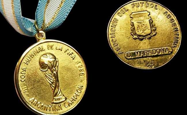 Subastan medalla de Maradona en 9,000 dólares