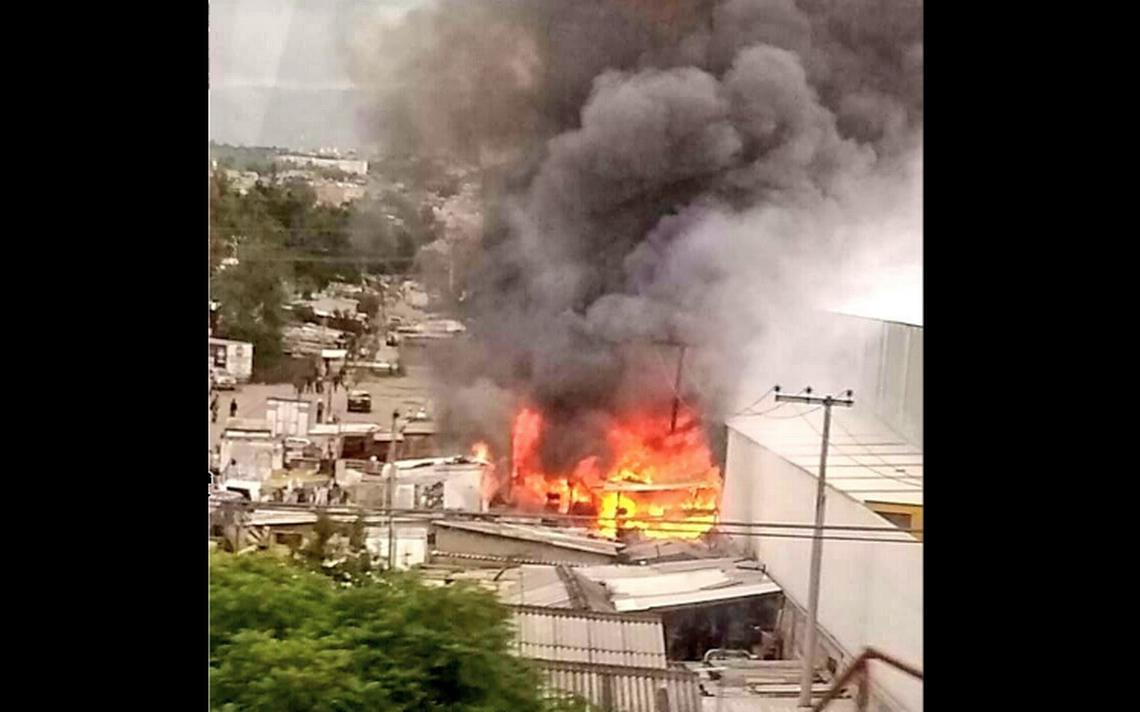 Bomberos atienden incendio en Naucalpan
