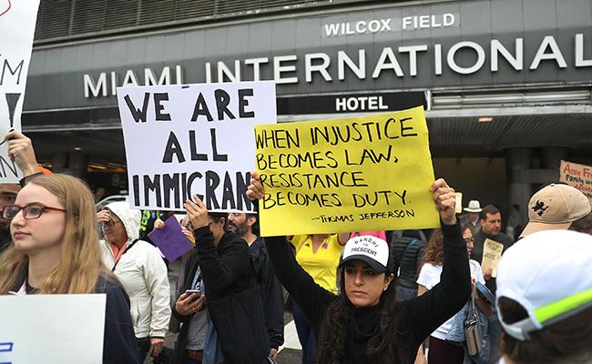 [Video] Protestan en aeropuertos de EU contra medidas de Trump