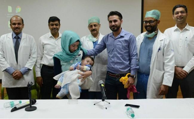 Operan a bebé que nació con ocho brazos y piernas en la India