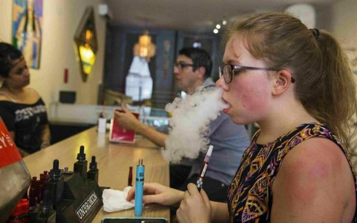 """Por """"epidemia juvenil"""", EU busca prohibir los cigarros electrónicos de sabores"""