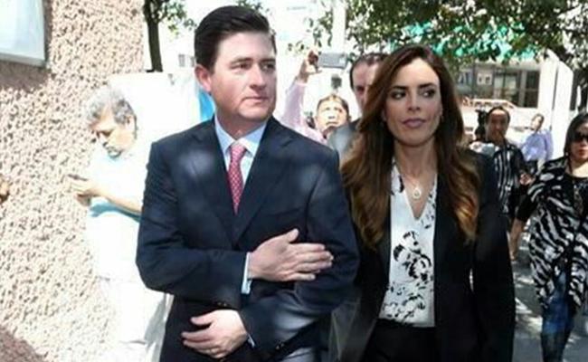 Esposa de exgobernador Medina comparece ante Fiscalía