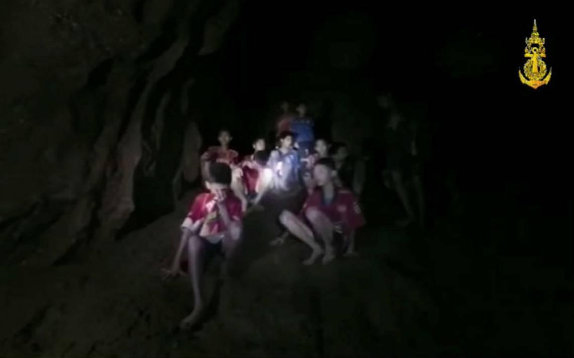 """Algunos niños salieron """"dormidos"""" de la cueva en Tailandia, revela socorrista"""