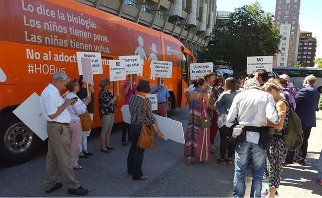 Llega a México autobús con mensaje anti transexuales