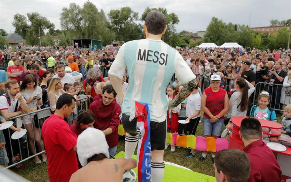 Rusos degustan un Messi gigante de chocolate por su 31 cumpleaños