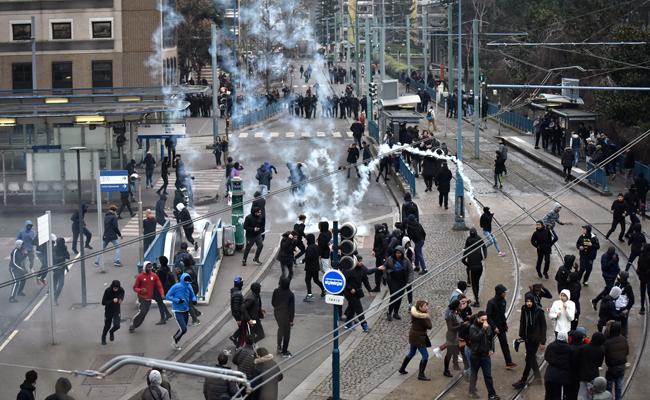 Policía se enfrenta a manifestantes en medio de fuertes disturbios en París