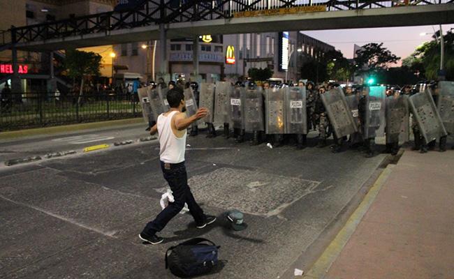 Disuelven protesta con gas lacrimógeno en Guadalajara