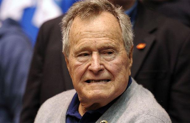 Expresidente Bush sigue estable; hospitalizan también a esposa