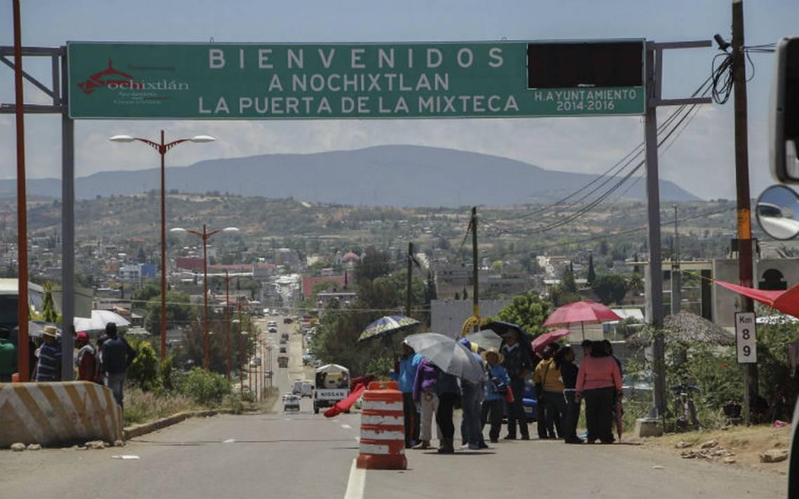 CNTE y policías se enfrentan en Nochixtlán; hay dos heridos