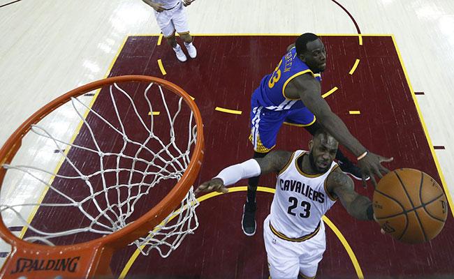 Cleveland vence a Warriors y obligan a quinto partido