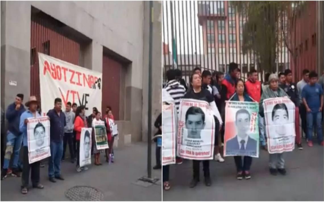 Padres de Ayotzinapa protestan en la SRE contra reunión de la CIDH