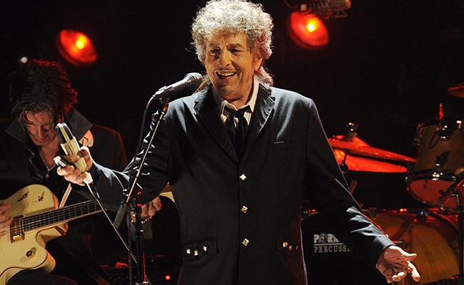 Tras casi 4 meses, Bob Dylan recoge su Nobel de Literatura