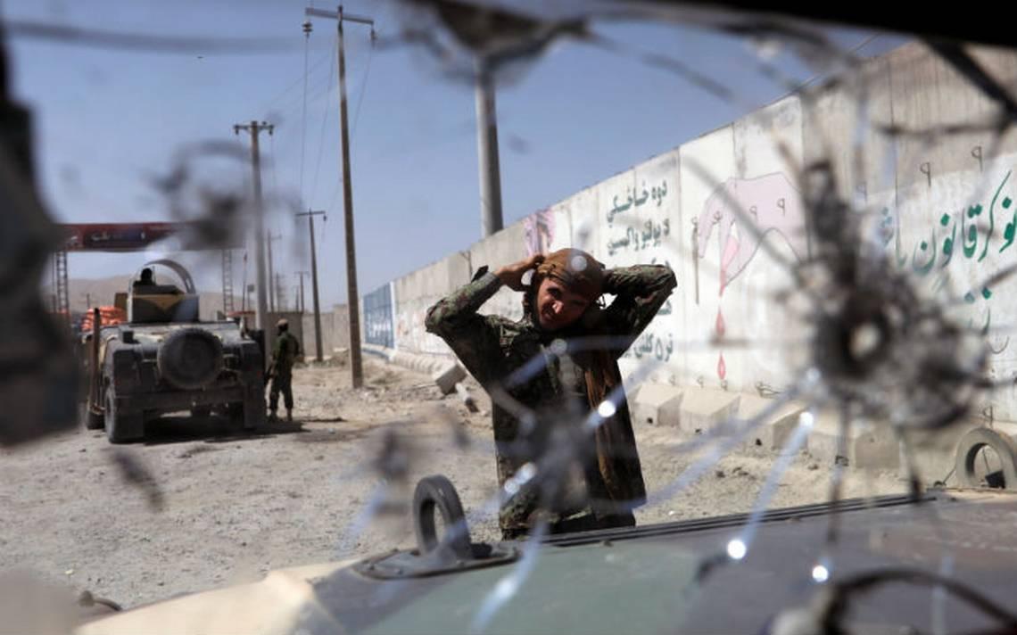 Talibanes rechazan tregua en Afganistán, secuestran a unos 200 pasajeros de autobuses