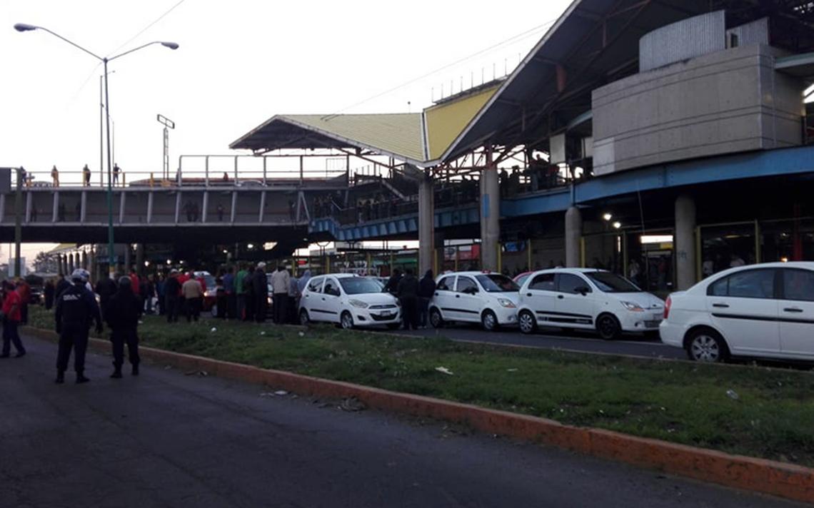 Taxistas bloquean Avenida Central y otras importantes avenidas del Edomex