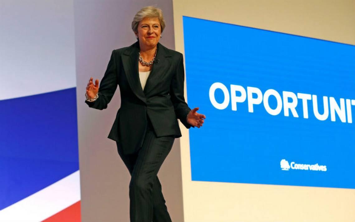 """Al ritmo de """"Dancing queen"""", Theresa May defiende su plan sobre el brexit"""