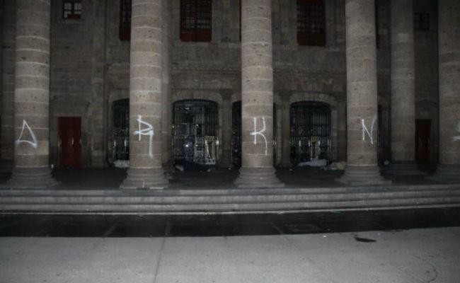[Video] Caen menores por vandalizar el Teatro Degollado; piden sanción ejemplar