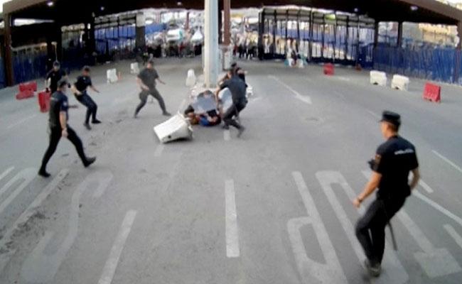 """[Video] Hombre grita """"¡Alá es grande!"""" y ataca con un cuchillo a policías en España"""
