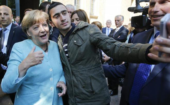 Enjuicia Alemania a Facebook por difusión de selfie de refugiado con Merkel