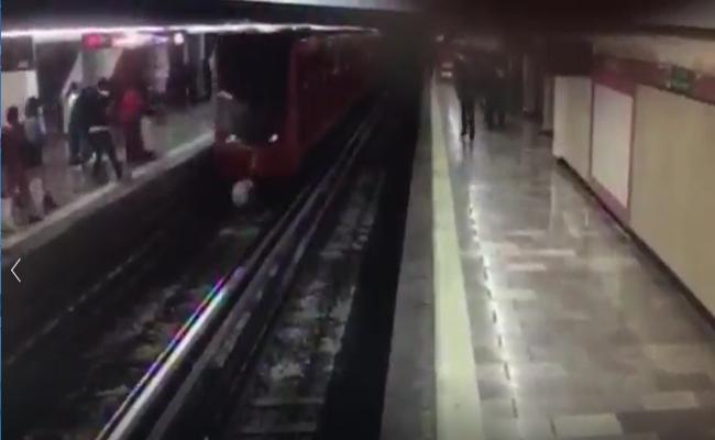 [Video] Hombre se lanza a vías del Metro en la estación Merced