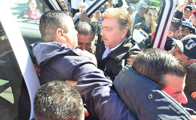 Manifestantes increpan al gobernador Francisco Vega en conferencia