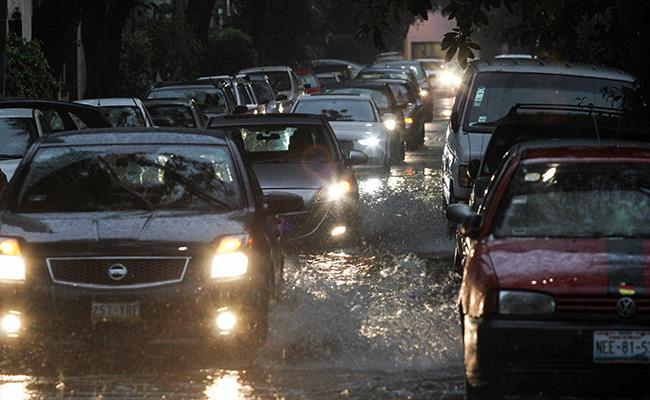 ¿Es bueno cruzar inundaciones en tu auto aún con seguro? Condusef recomienda no hacerlo
