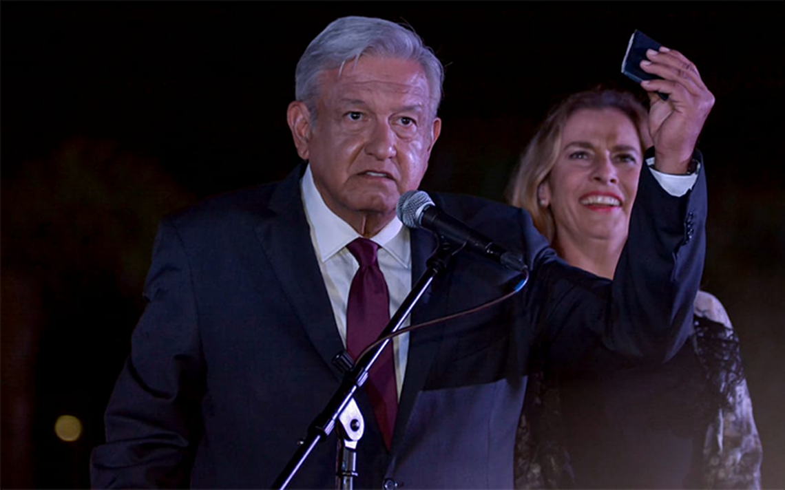 AMLO celebra que le fue muy bien en el segundo debate… y sí salió con su carterita