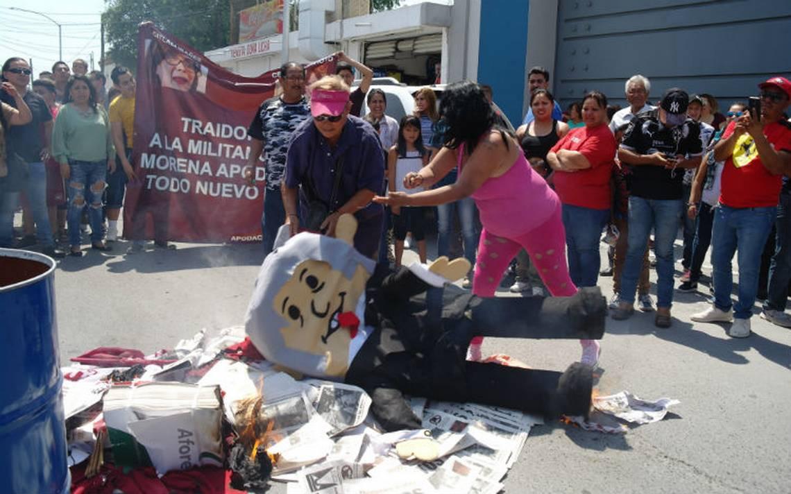 Militantes de Morena protestan y queman botarga de AMLO en Nuevo León