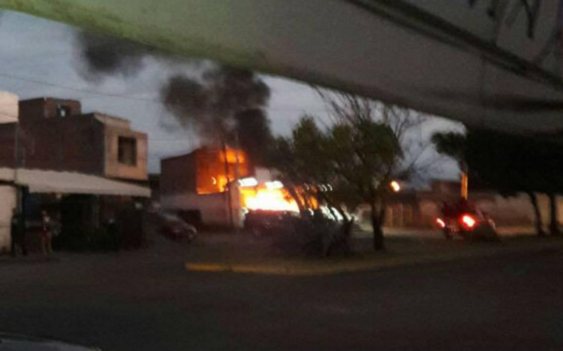 Sujetos lanzan bombas molotov a lote de autos en Zamora
