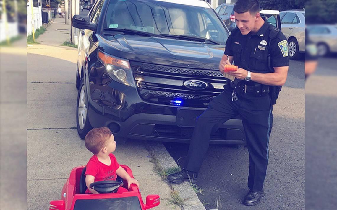 """Policía infracciona a bebé por """"manejar"""" sin placas ni licencia"""