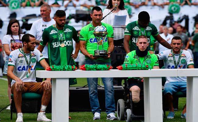 Sobrevivientes del Chapecoense levantan Copa Sudamericana