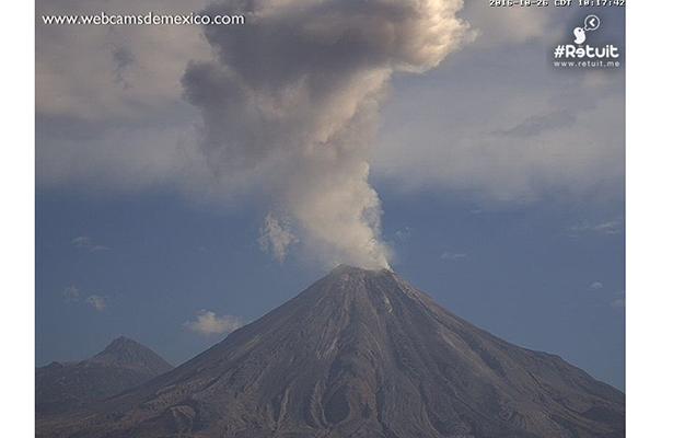 Volcán de Colima emite exhalación de dos kilómetros de altura