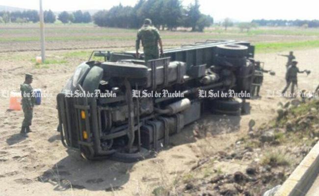 Por perseguir huachicoleros, vuelca camión militar