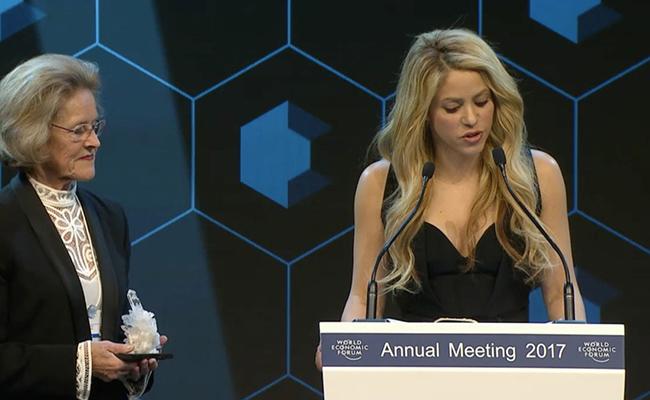 Otorgan a Shakira en el Foro de Davos premio por su apoyo a la educación