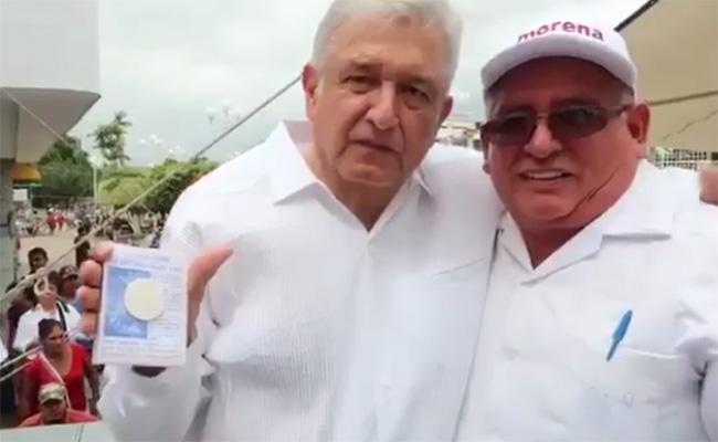 """AMLO recibe en Catemaco amuleto contra """"zopilotes y buitres"""""""