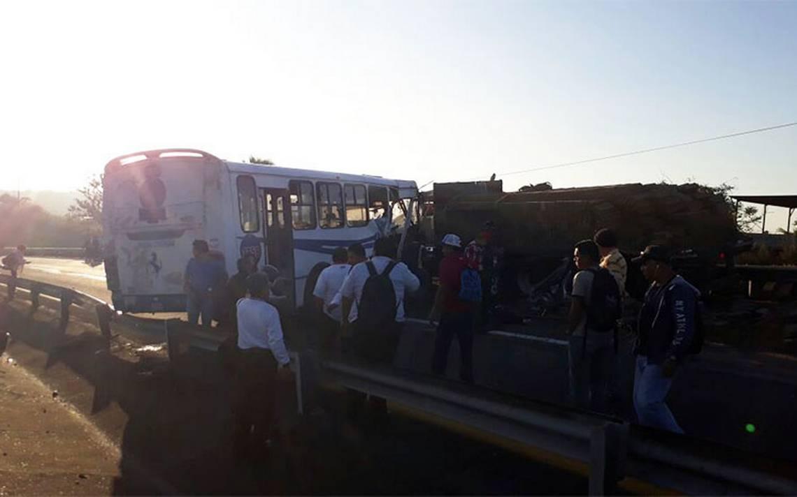 Al menos veinte heridos por choque entre camiones en autopista Veracruz